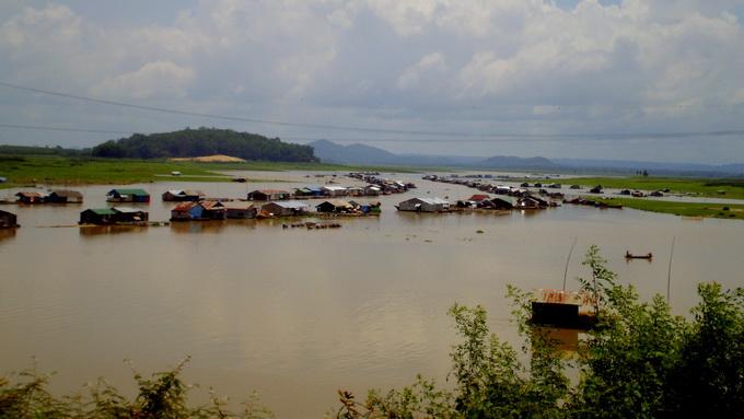 Xóm chài trên con sông La Ngà, huyện Định Quán