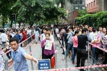 Hàng nghìn cử nhân xếp hàng nộp hồ sơ thi công chức ở Hà Nội.