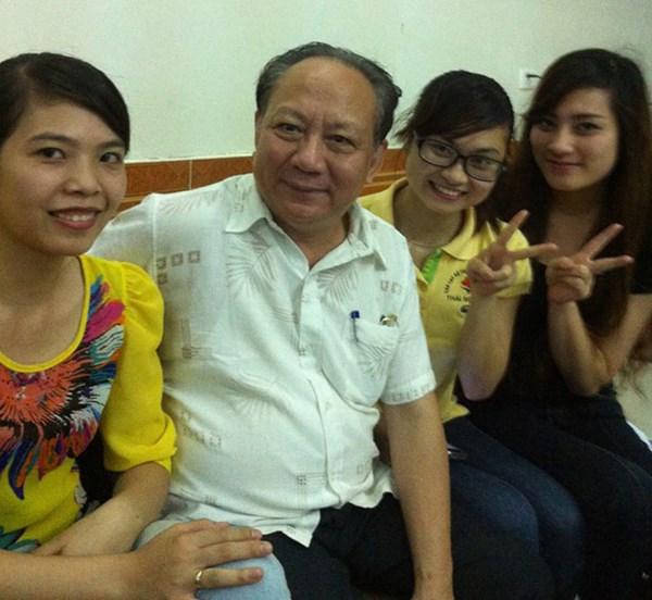 Ông Đàm Khải Hoàn chụp ảnh cùng sinh viên.
