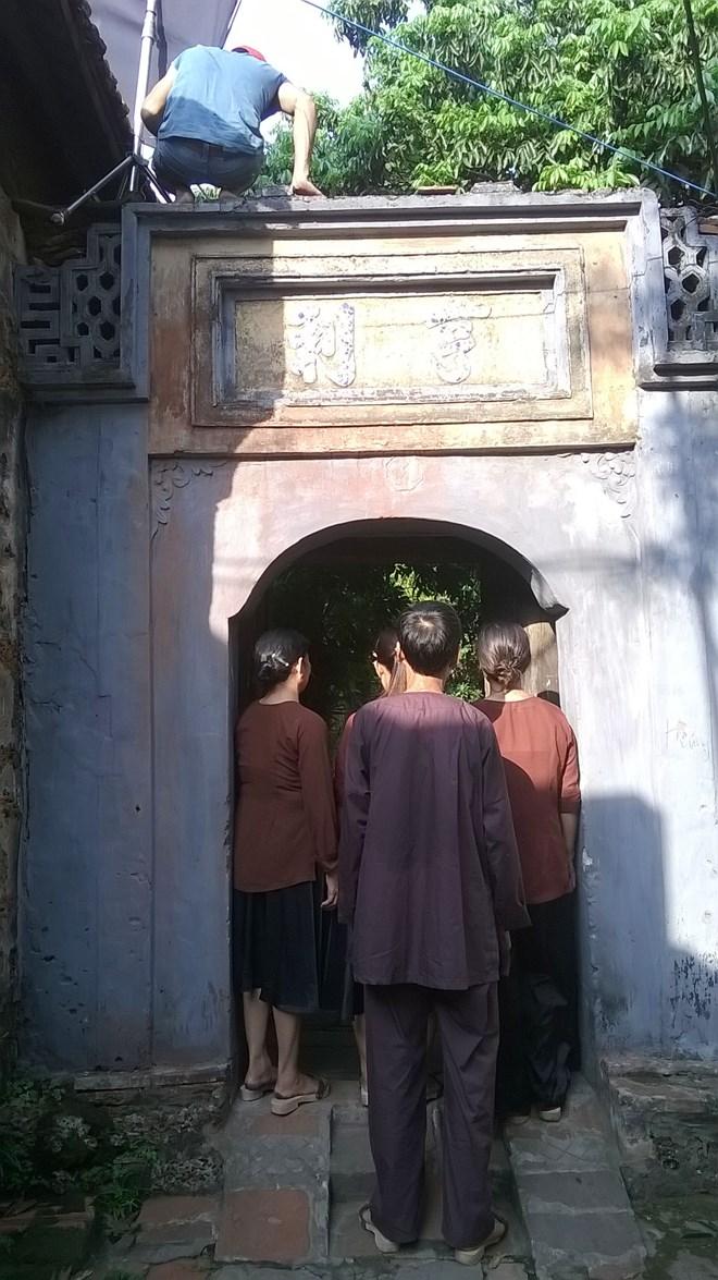 """Đoàn làm phim gây ầm ĩ, leo lên nóc cổng nhà thờ, nói chuyện """"ăn ba bát cứt chó cấm được ọe ợ"""" cứ oang oang suốt cả ngày trong ngôi nhà thờ linh thiêng của chúng tôi."""