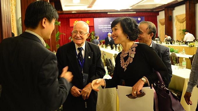 """Gs.Ts Alexander Yankov (thứ hai từ trái qua) trao đổi với các đại biểu sau hội thảo """"Những khía cạnh pháp lý liên quan đến việc sự kiện Trung Quốc hạ đặt giàn khoan Hải Dương 981 trong vùng biển Việt Nam"""""""