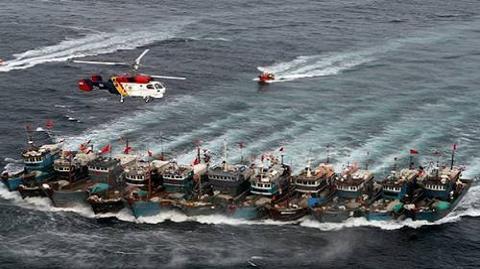 Lực lượng tuần duyên Hàn Quốc dùng tàu tuần tiễu và trực thăng vây bắt tàu cá Trung Quốc