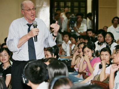 Bộ trưởng Tài chính Mỹ Henry Paulson giao lưu với sinh viên Trường ĐH Kinh tế quốc dân