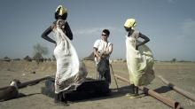 Bà Janina Ochojska (chống nạng, đứng giữa) trong một chuyến đi cứu trợ tại Nam Sudan