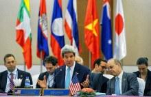 Ngoại trưởng Hoa Kỳ John Kerry tại Hội nghị Ngoại trưởng khối 10 nước ASEAN lần thứ 47-AMM47. Đề nghị của phía Mỹ là phải ngưng tất cả mọi hoạt động, mọi leo thang trên Biển Đông.
