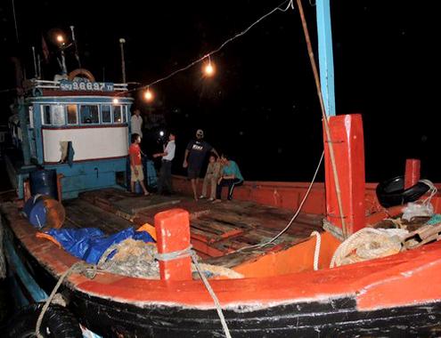 Tàu cá của ông Lê Khởi bị tàu của Trung Quốc tấn công, cướp tài sản trở về trong đêm 16/8. Ảnh: V.Minh.