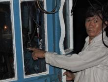 Toàn bộ kính cabin tàu cá của ông Lê Khởi bị đập phá tan hoang. Ảnh:V.Minh