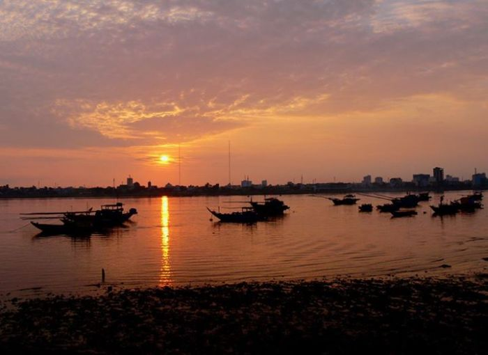Bình minh trên sông Hàn- Đà Nẵng, với đoàn thuyền đánh cá trở về.