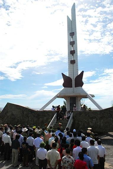 Đài tưởng niệm Tổ quốc ghi công trên đảo - Ảnh: L.Đ.Dục