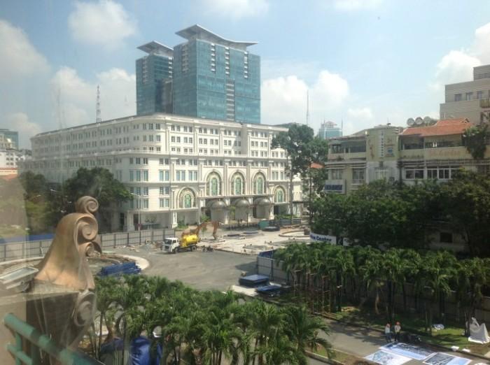 Hình ảnh gà Gaulois - phù điêu trên các cửa sổ thương xá Tax, sắp vĩnh biệt người Sài Gòn.