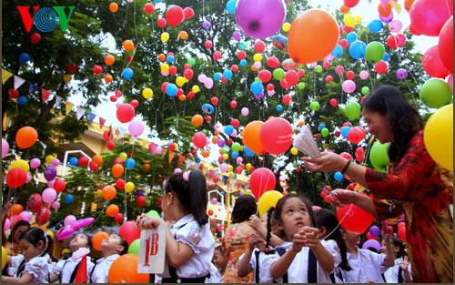 Lễ khai giảng của học sinh lớp 1 nên rộn ràng, hồn nhiên và vô tư như chính lứa tuổi của các em hơn việc xếp hàng ngay ngắn như quân đội (Ảnh: Quang Trung/VOV.VN)