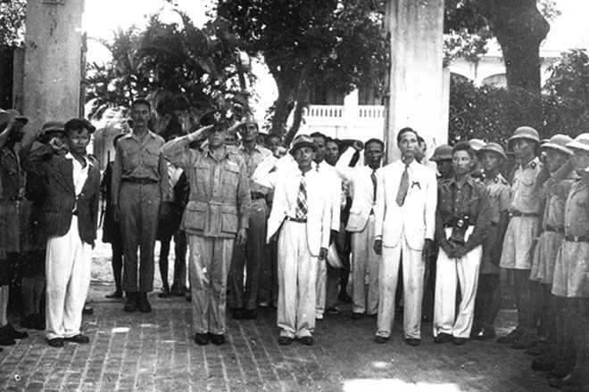 Lễ Thượng cờ tại cửa ngôi nhà đoàn Mỹ ở