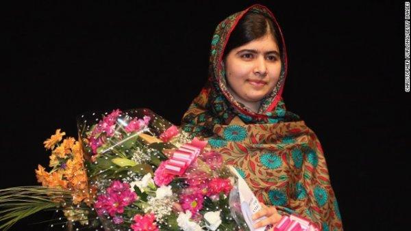 Ảnh chụp Malala Yousafzai trên sân khấu ở Birmingham, Anh, sau khi cô bé được xướng tên lên nhận giải Nobel Hòa bình vào thứ Sáu, ngày 10/10. Hai năm trước, cô gái 17 tuổi này đã bị Taliban bắn vào đầu vì nỗ lực mang lại nền giáo dục cho trẻ em nữ ở Pakistan. Từ đó, sau khi phục hồi sức khỏe từ cuộc phẫu thuật, cô đã khởi động chiến dịch trên toàn thế giới.