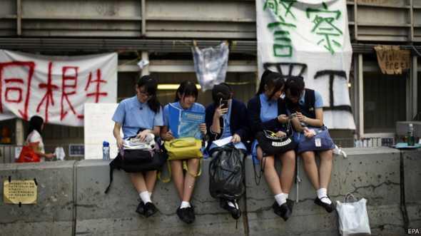 Nhiều người Việt Nam theo dõi các diễn biến tại Hong Kong