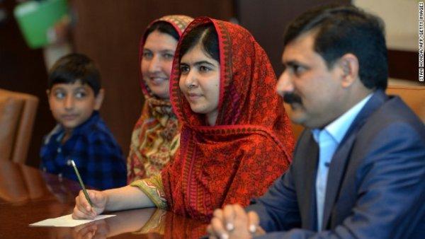 Malala cùng gia đình của cô thăm trụ sở Liên Hợp Quốc ở New York trước buổi gặp tổng thư ký Liên Hợp Quốc Ban Ki-moon vào tháng Tám.