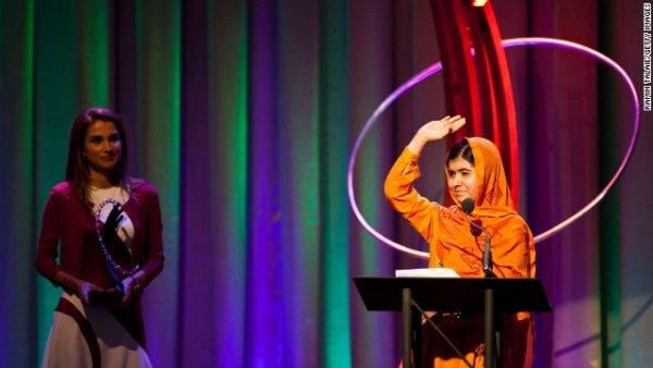 Hoàng hậu Rania của Jordan trao tặng Malala giải thưởng Lãnh đạo trong phong trào Xã Hội Dân Sự tại sự kiện Clinton Global Citizen Awards ở New York vào tháng Chín năm 2013.