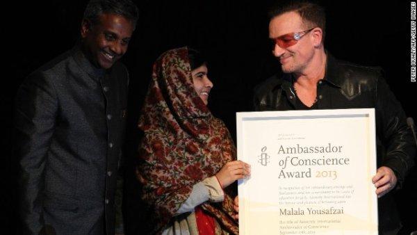 Nhạc sĩ Bono, bên phải, và Salli Shetty, tổng thư ký của tổ chức Ân xá Quốc tế, trao tặng Malala Đại sứ của Conscience Award tại tòa nhà Manison ở Dublin, Ireland vào tháng Chín năm 2013. Đây là giải thưởng danh dự nhất của tổ chức Ân xá Quốc tế, ghi nhận những cá nhân thúc đẩy và nâng cao quyền con người.