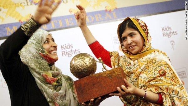 Malala nhận danh hiệu từ nhà hoạt động dân quyền người Yemen Tawakkol Karman sau khi được vinh danh với giải thưởng Trẻ em Quốc tế vì hòa bình ở The Hague, Hà Lan vào tháng Chín năm 2013. Karman là một trong những người được nhận giải Nobel Hòa Bình năm 2011.