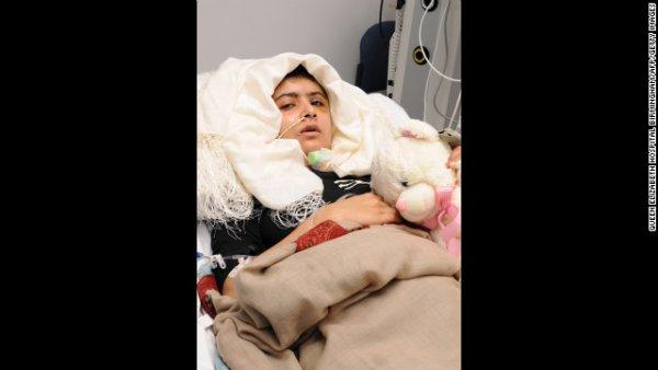 Hình ảnh Malala trong quãng thời gian hồi phục sau khi được điều trị tại bệnh viện nữ hoàng Elizabeth ở Birmingham, Anh. Các bác sĩ đã đặt vào hộp sọ của cô bé một tấm titan. Malala không có chấn thương nghiêm trọng về não hay thần kinh. Cô bé thậm chí còn giữ lại một mảnh vỡ từ hộp sọ của mình như một món quà kỷ niệm cho cuộc chiến của cô.