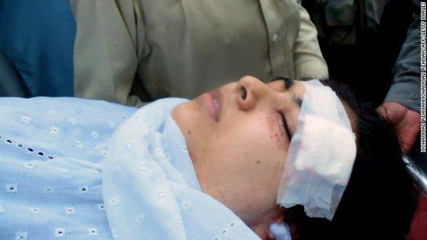 Các nhân viên y tế ở Pakistan khiêng Malala trên cáng sau khi cô bé bị Taliban bắn vào đầu và cổ vào ngày 9 tháng Mười năm 2012 ở Mingora, Pakistan.