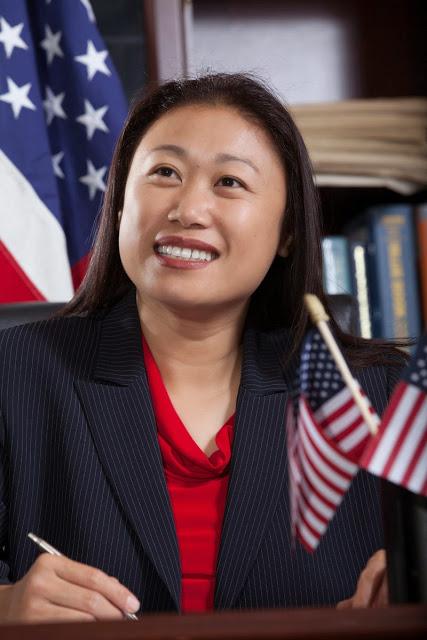 Bà Janet Q. Nguyễn (SN 1976 tại Sài Gòn), người Mỹ gốc Việt, đảng Cộng hòa,  đang tranh cử làm thượng nghị sĩ của bang California.