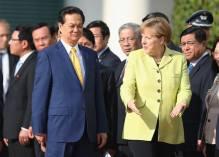khuôn mặt tướng Vịnh ( sau vai bà Merkel) trong buổi đón tiếp Thủ tướng Dũng ở Berlin