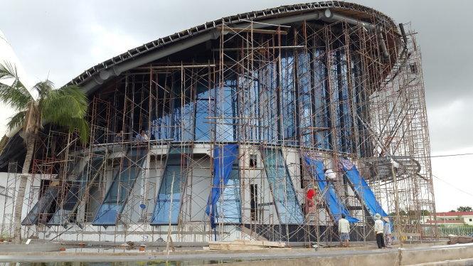 Công trình nhà hát ba nón lá 220 tỉ đồng vẫn còn đang ngổn ngang - Ảnh: Tiến Long