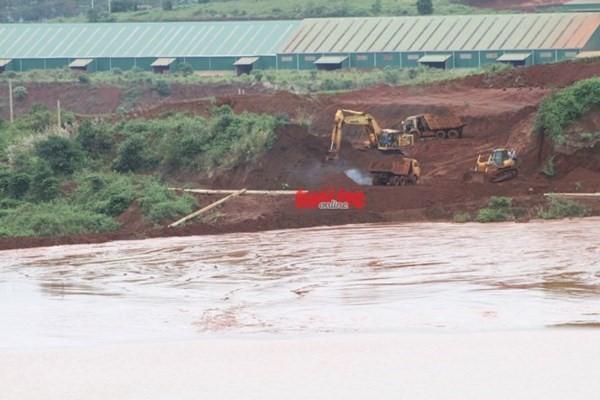 Ảnh : Thiết bị đang thi công ngăn việc tràn bùn thải quặng ở khu vực Tân Rai