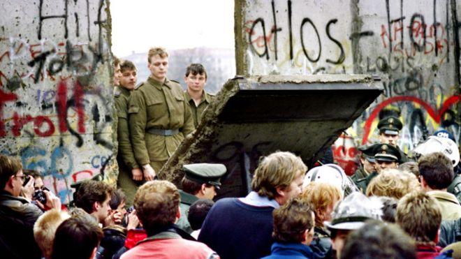 Bức tường Berlin sụp đổ trong cơn biến động lớn ở Đông Âu