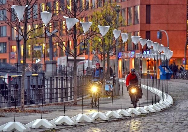"""Bức tường Bá Linh được dựng lại bằng hàng ngàn những chiếc đèn lồng trắng , là một phần của dự án """"Lichtgrenze 2014"""" để kỷ niệm 25 năm sự sụp đổ của Bức tường Bá Linh ngày 09 Tháng 11 năm 2014"""