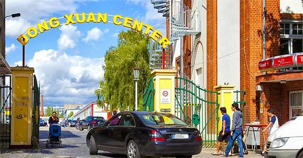 Cổng vào chợ Đồng Xuân của người Việt ở Berlin, Đức