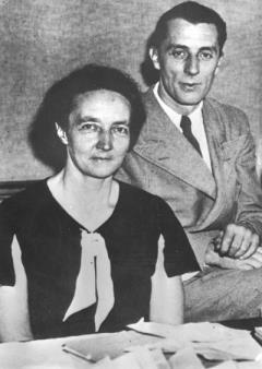 Hai vợ chồng nhà khoa học người Pháp Frédéric Joliot-Curie, được giải Nobel hóa học năm 1935