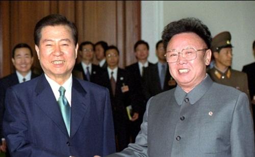 Kim Jong-il (phải) gặp gỡ tổng thống Hàn Quốc Kim Dae Jung năm 2000